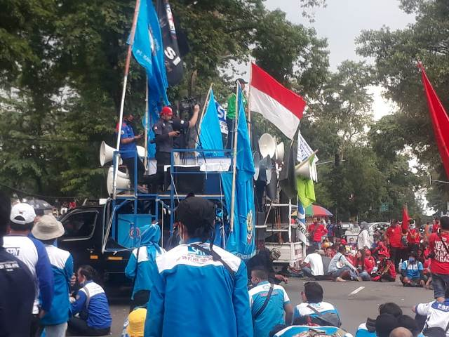 Gedung Sate, Ratusan Buruh Di Jawa Barat, Organisasi FSPMI, Jakarta Menjadi Lautan Buruh UMSK Kabupaten Bekasi