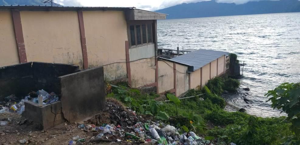 sampah berserakan di danau ranau