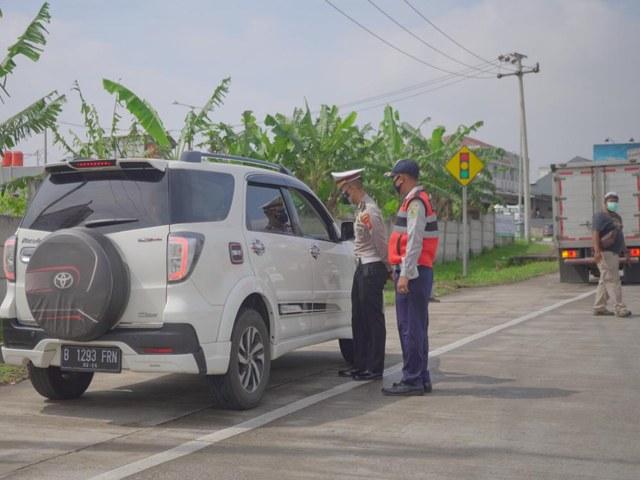 Polisi Sekat Exit Tol Cileunyi dan Soreang