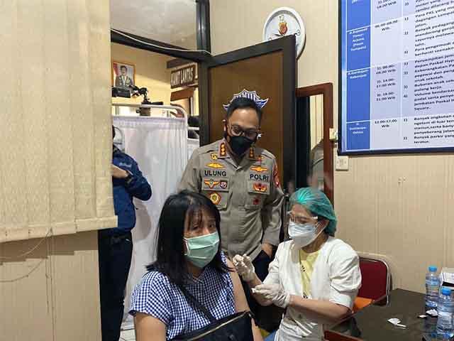 Polrestabes Bandung Melaksanakan Vaksinasi Massal