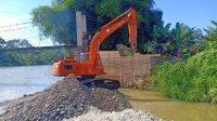 Tampak Alat Berat YAng digunakan Untuk Membangun Jembatan Gantung Desa Tanjung Raya, Kecamatan Buay Sansang Aji Oku Selatan